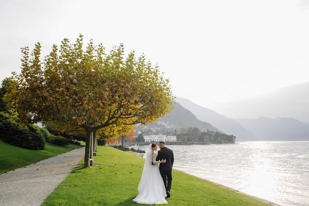 Couple De Mariage Heureux Dans Le Lac De Côme, Italie Photo gratuit