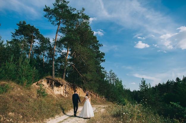 Couple de mariage à pied Photo Premium