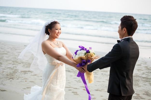 Couple De Mariage à La Plage Photo Premium