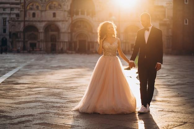 Couple de mariage à venise Photo gratuit