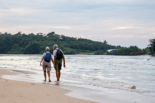 Couple marié de personnes âgées sur la plage au bord de l'océan Photo Premium