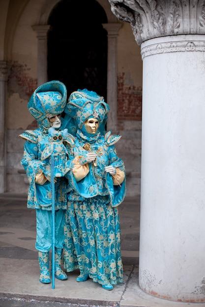 Couple Masqué En Costume Orné à La Mascarade Vénitienne Se Dresse Près De La Place Saint-marc à Venise Photo Premium