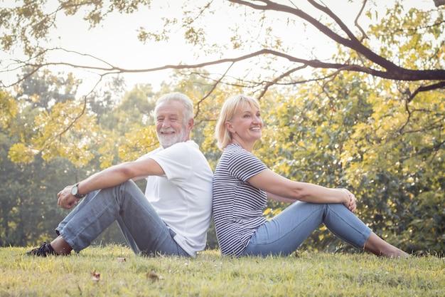 Couple Mature Romantique Dans Le Parc à L'automne. Photo Premium
