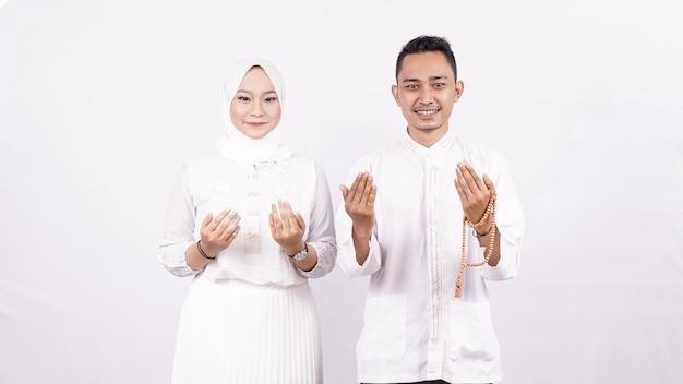 Couple Molem Asiatique Prier Espace Blanc Isolé Photo Premium