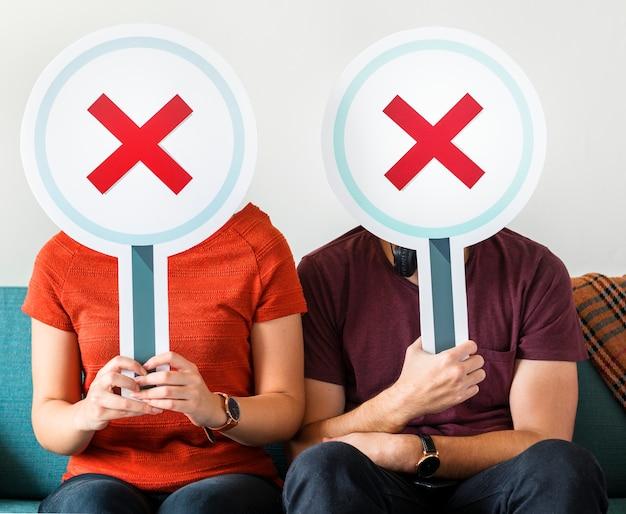 Couple Ne Montrant Aucun Signe De Symbole Photo gratuit