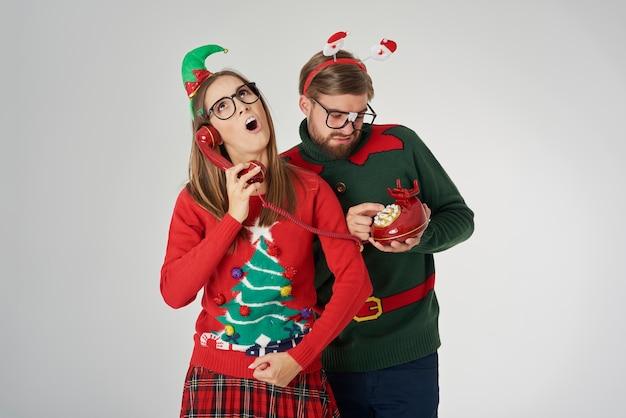 Couple De Noël Appelant Par Téléphone Rétro Photo gratuit