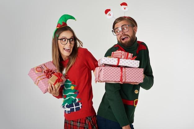 Couple De Noël échangeant Les Cadeaux Photo gratuit