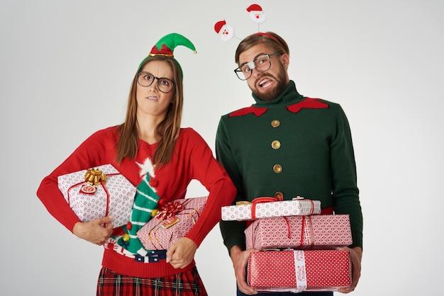 Couple De Noël Avec De Gros Cadeaux Photo gratuit