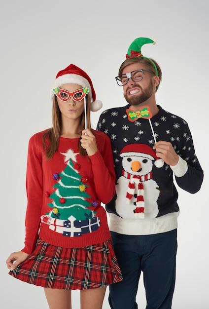 Couple De Noël Avec Des Masques Drôles Photo gratuit