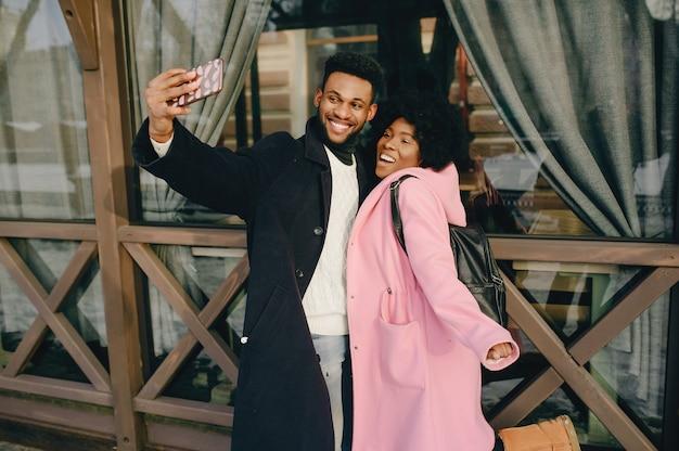 Couple noir dans une ville Photo gratuit