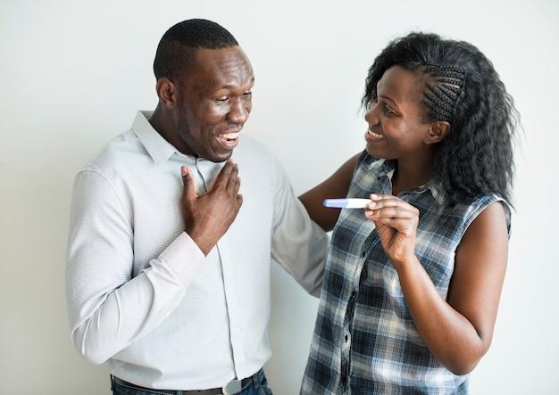 Couple noir avec un résultat de test de grossesse positif Photo Premium