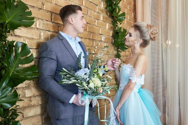 Couple nouvellement marié, couple d'amoureux avant le mariage Photo Premium
