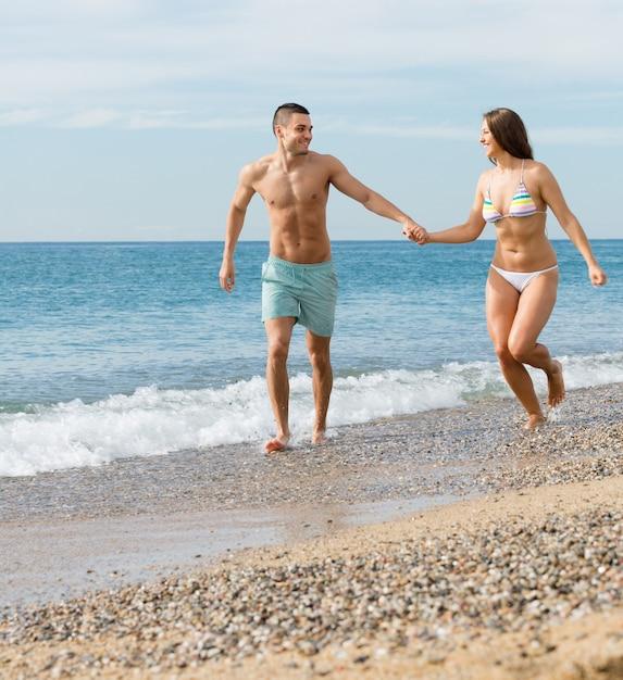 Couple nouvellement marié à la plage Photo gratuit