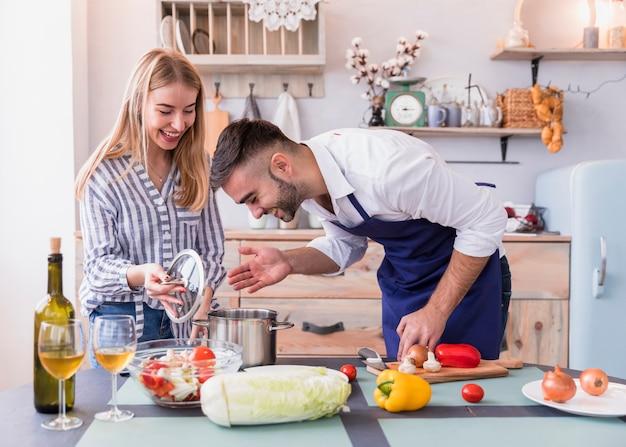 Couple, odeur, nourriture, pot Photo gratuit