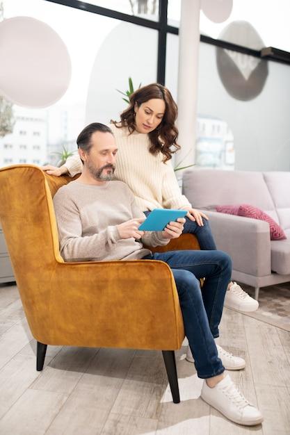 Couple Passant Leur Temps Dans Le Salon De Meubles à La Recherche De Modèles En Ligne Photo Premium