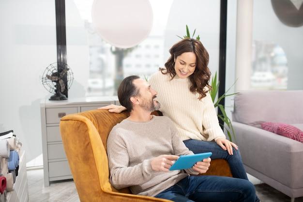 Couple Passant Leur Temps Dans Le Salon De Meubles à Regarder Une Vidéo Photo Premium