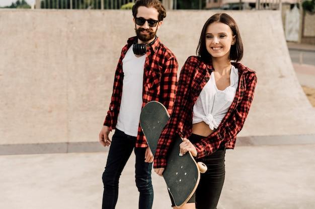 Couple, passer, temps, ensemble, à, skate park Photo gratuit
