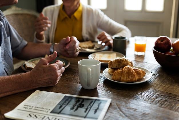 Couple de personnes âgées adultes déjeune Photo Premium