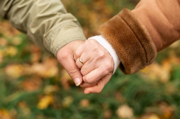 Couple de personnes âgées angle tenant dans la main Photo gratuit