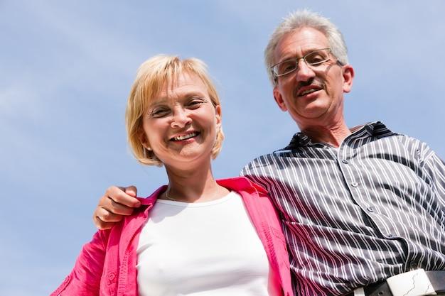 Couple De Personnes âgées Ayant à Pied Photo Premium