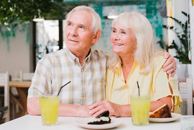 Couple de personnes âgées ayant un repas sur la terrasse Photo gratuit