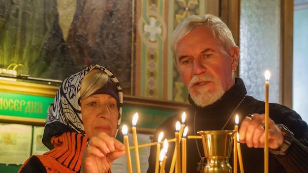 Couple de personnes âgées dans une église orthodoxe Photo Premium