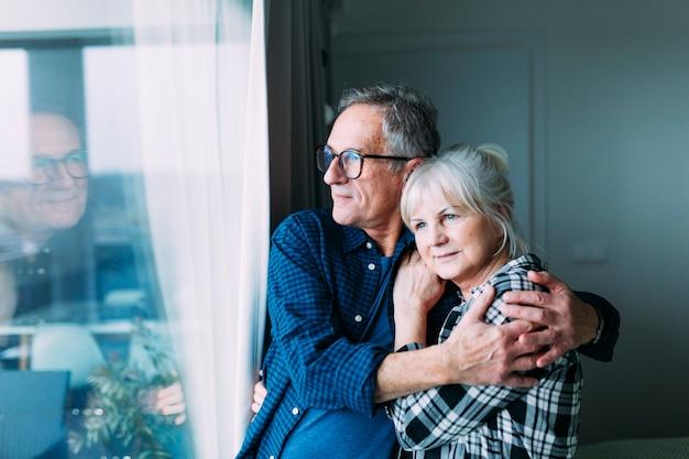 Couple De Personnes âgées Dans Une Maison De Retraite Photo Premium
