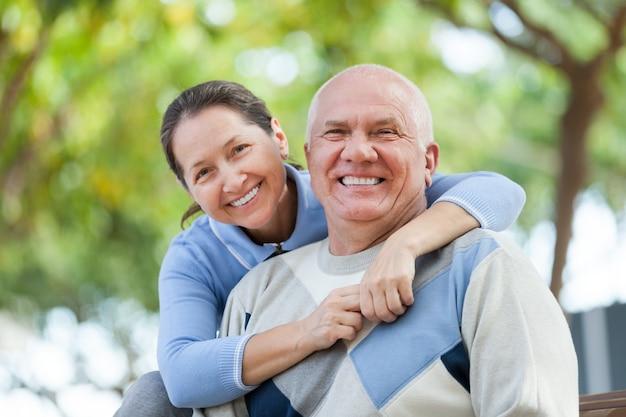 Couple de personnes âgées dans le parc Photo gratuit