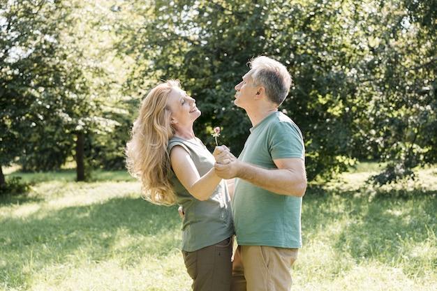Couple De Personnes âgées Dansant étant Heureux Photo gratuit
