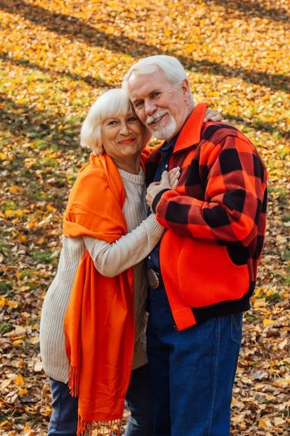 Un Couple De Personnes âgées Danse. Photo Premium
