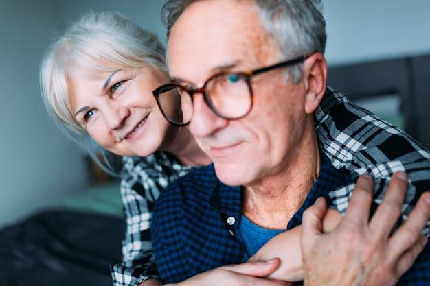 Couple De Personnes âgées étreindre Dans La Maison De Retraite Photo gratuit