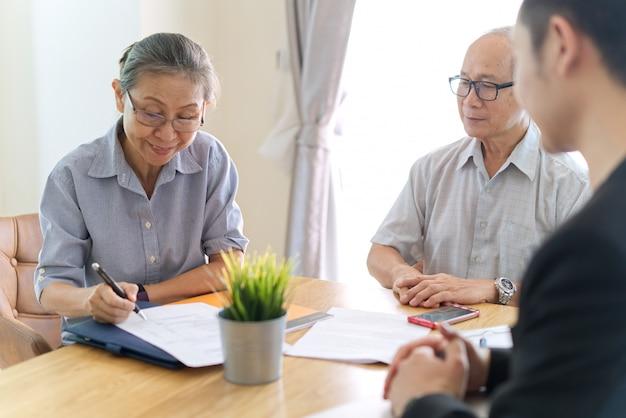 Couple de personnes âgées faisant un contrat d'assurance maladie. Photo Premium