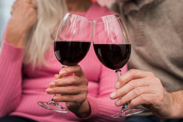 Couple De Personnes âgées Grillage Le Jour De La Saint-valentin Photo gratuit