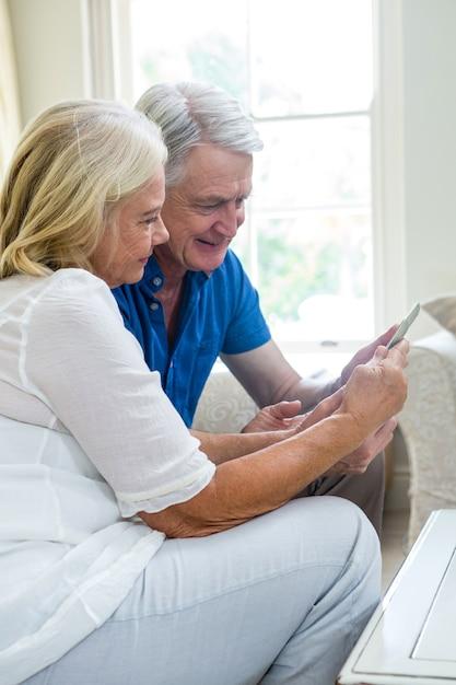 Couple De Personnes âgées Heureux à L'aide D'une Tablette Numérique à La Maison Photo Premium