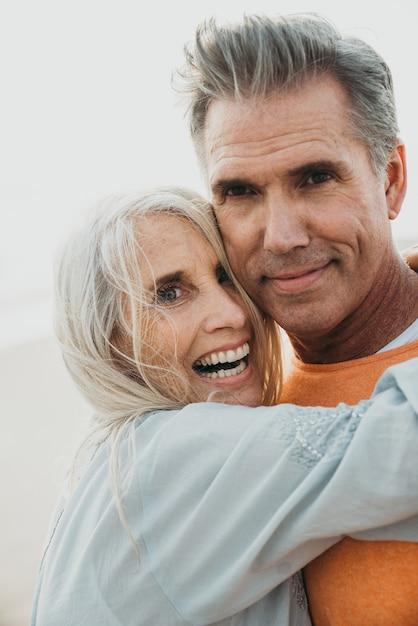 Couple De Personnes âgées Heureux, Passer Du Temps à La Plage. Concepts Sur L'amour, L'ancienneté Et Les Personnes Photo Premium