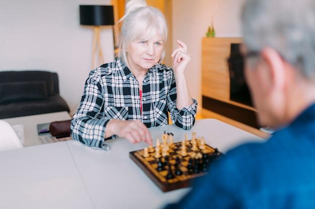 Couple De Personnes âgées Jouant Aux échecs Dans Une Maison De Retraite Photo gratuit
