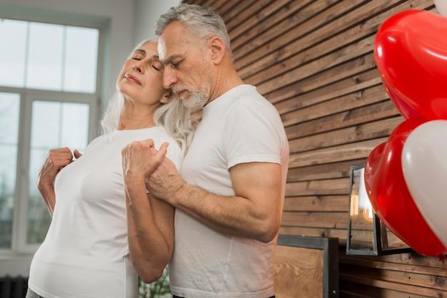 Couple De Personnes âgées à La Maison Le Jour De La Saint-valentin Photo gratuit