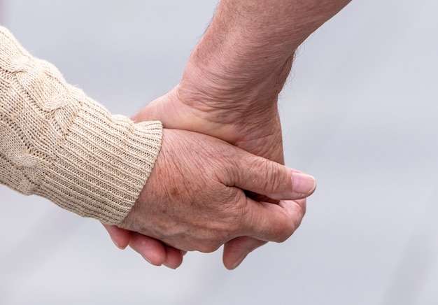 Couple de personnes âgées marchant dans une rue Photo Premium