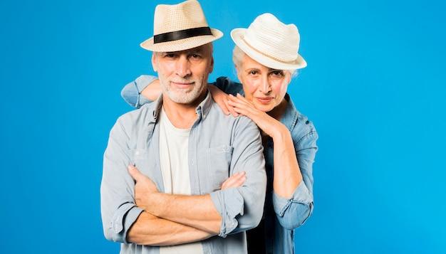 Couple de personnes âgées moderne portant des chapeaux Photo gratuit