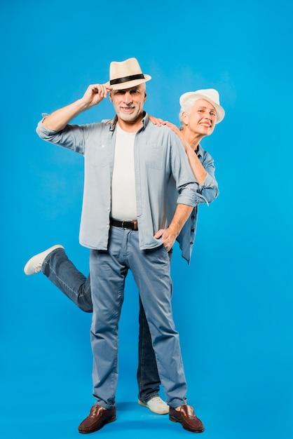 Couple de personnes âgées moderne avec radio vintage Photo gratuit