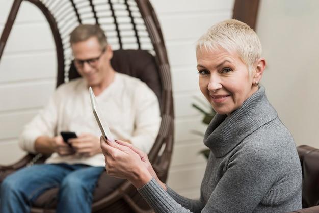 Couple De Personnes âgées Modernes à L'aide D'appareils Sans Fil Photo gratuit