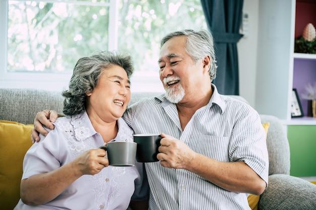 Couple de personnes âgées parler ensemble et boire du café ou du lait Photo gratuit