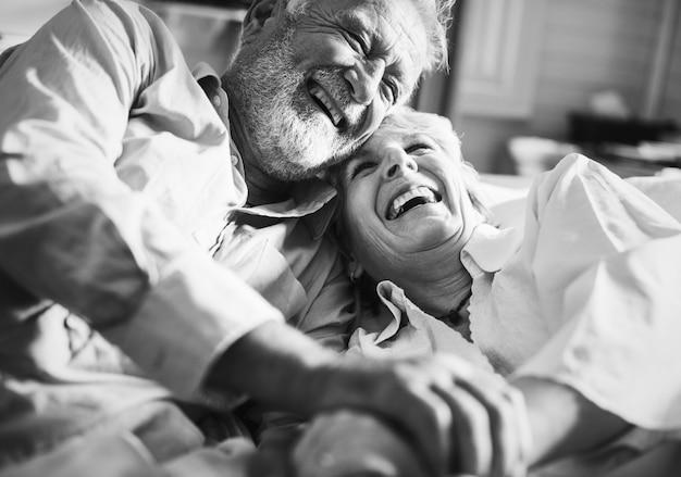 Un couple de personnes âgées passe du temps ensemble Photo Premium