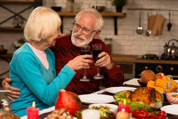 Couple de personnes âgées portant des lunettes et se regardant Photo gratuit