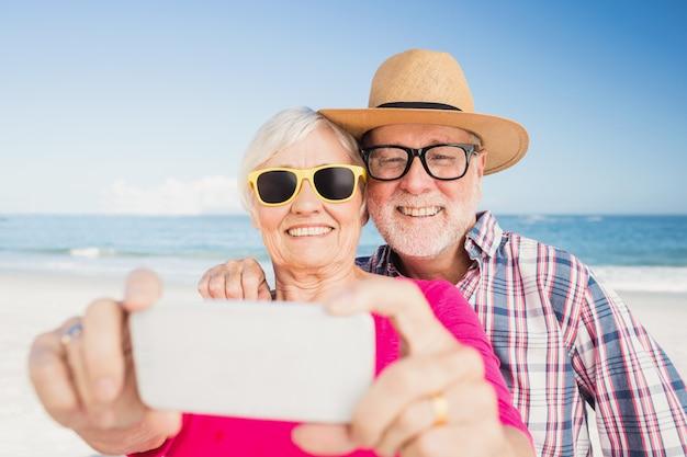 Couple De Personnes âgées Prenant Selfie Avec Smartphone Photo Premium