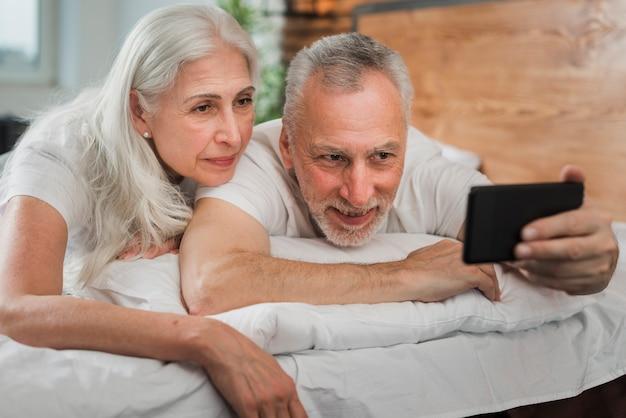 Couple De Personnes âgées Prenant Des Selfies Le Jour De La Saint-valentin Photo gratuit