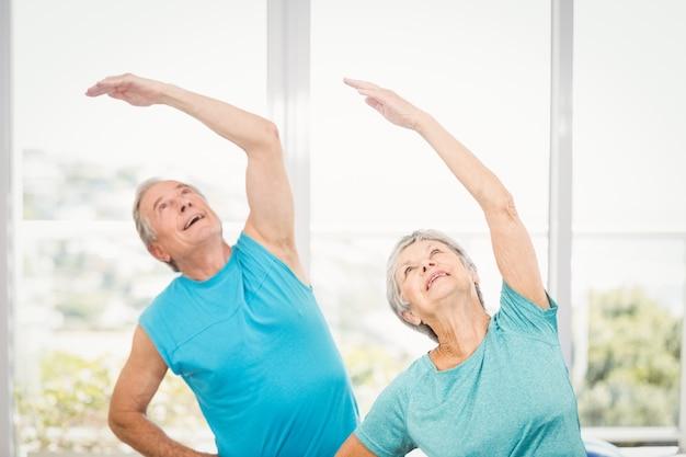 Couple De Personnes âgées Regardant à La Maison Photo Premium