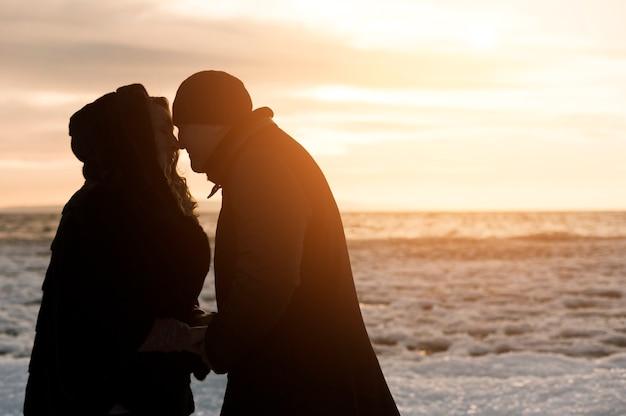 Couple De Personnes âgées Romantique à La Plage Photo gratuit