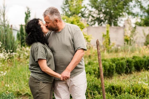 Couple de personnes âgées s'embrasser Photo gratuit