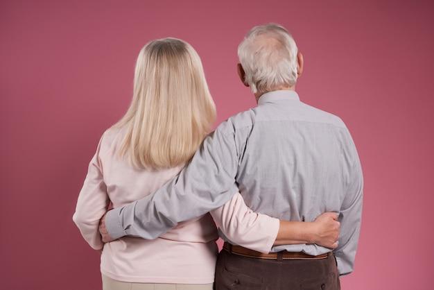 Un Couple De Personnes âgées Se Serre Dans Le Dos. Photo Premium